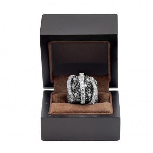 Magnífico e imponente anillo de oro de 18q con diamantes engastados