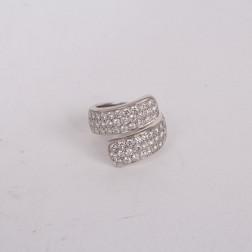 Anillo de oro blanco de 18 k con diamantes engastados.
