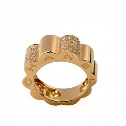 Anillo de profil de camelia, modelo grande, oro amarillo de 18 k y diamantes.