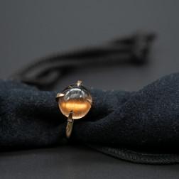 Anillo Veleno cuarzo ahumado y oro amarillo de 18 k